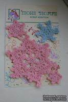 -25% Вязаные украшения от Pony Polly - Снежинки розово-голубые,  размер упаковки 7,5х11 см