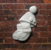 Пластиковое украшение шапочка с пинетками от Е.В.А. 4x1,9 см