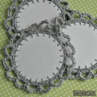 Вязаное украшение - тэг ручной работы, цвет светло-серый, 6см